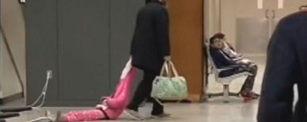Pai viraliza após arrastar a filha pelo capuz em pleno aeroporto