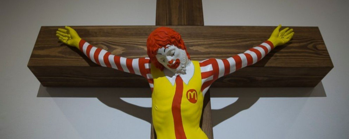 """Escultura de Ronald McDonald """"crucificado"""" causa protesto cristão em Israel"""