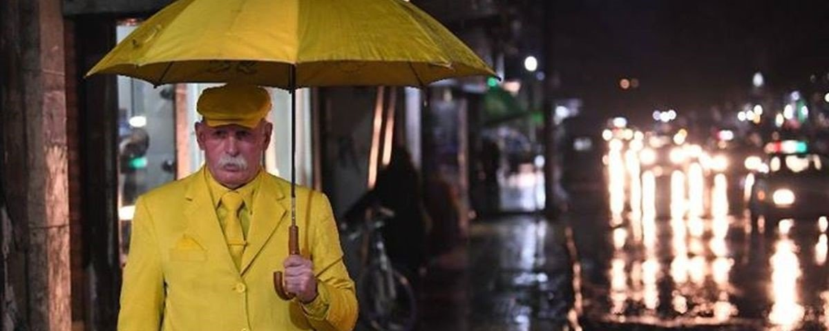 Homem sírio se veste só com roupas amarelas há mais de 35 anos