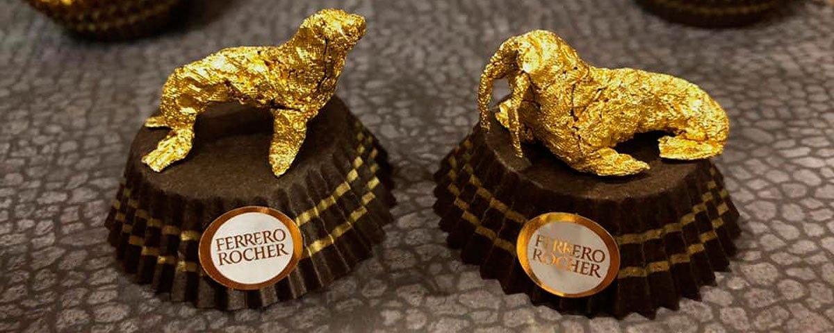 Artista chinês cria pequenas esculturas com embalagens de Ferrero Rocher