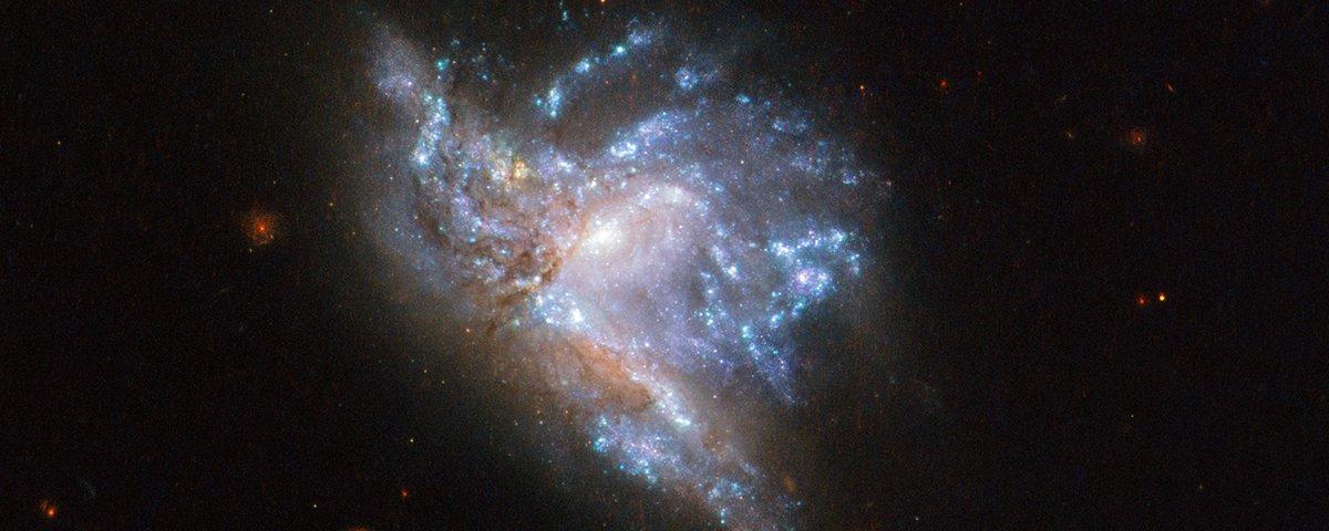 Telescópio Hubble registra deslumbrante colisão entre duas galáxias