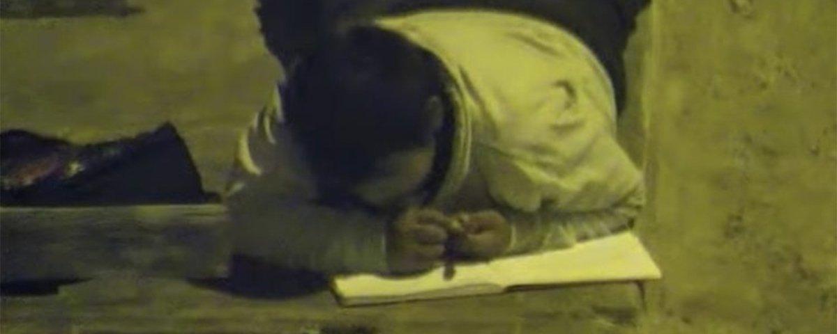Menino faz lição de casa sob poste na rua e viraliza nas redes sociais