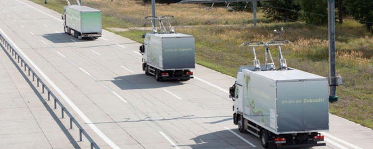Estrada alemã tem 'cabos' que carregam caminhões elétricos em movimento