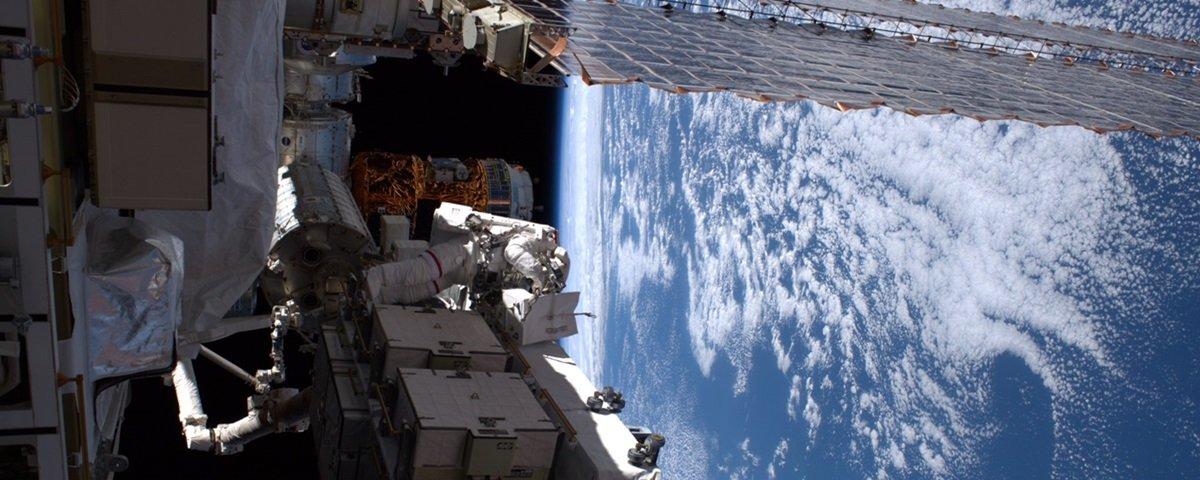 Astronautas ficam 7 horas no espaço, fora da Estação Espacial