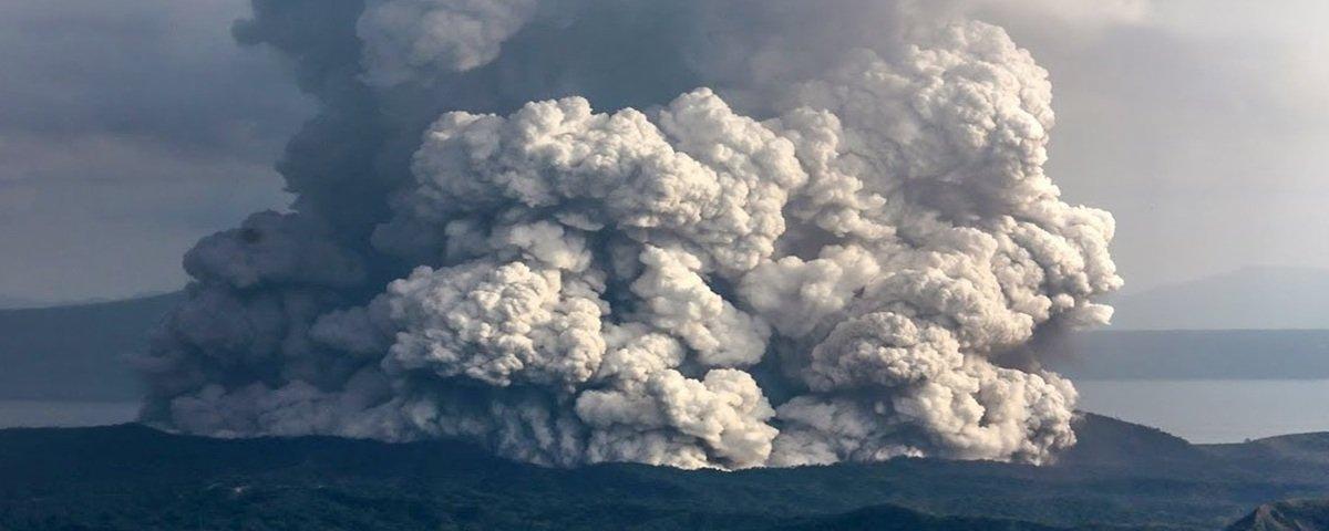 Erupção de vulcão nas Filipinas força milhares a fugir