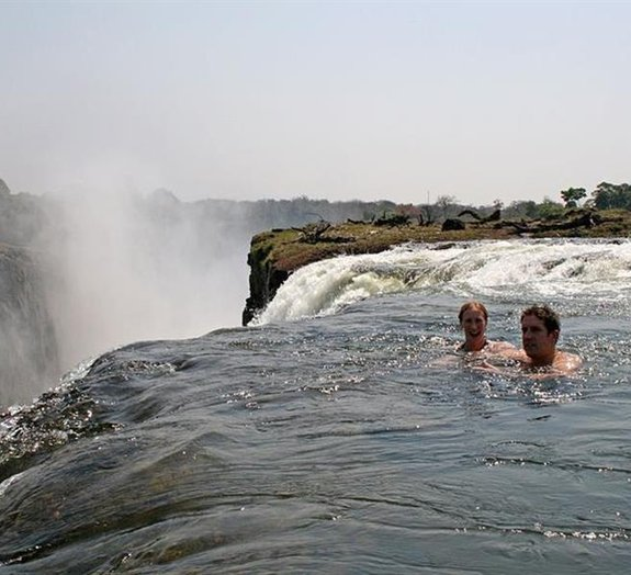 Brincadeira mortal: jovens se arriscam numa das maiores cataratas da Terra