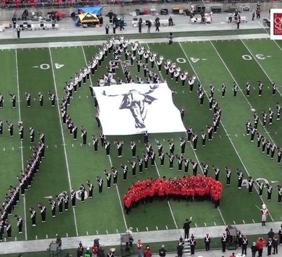Michael Jackson é homenageado no intervalo de um jogo de futebol americano