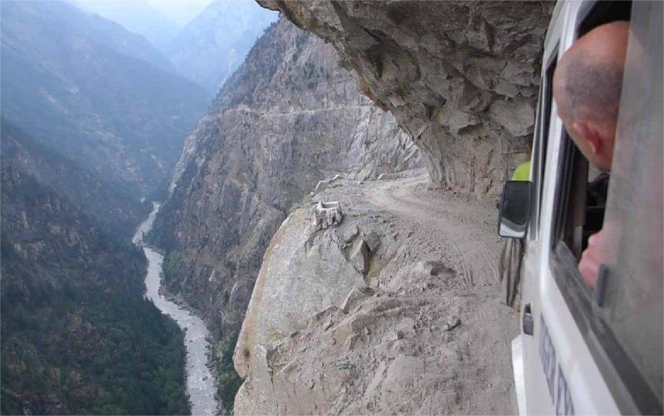 Vídeo sensacional mostra estrada que leva às montanhas do Himalaia