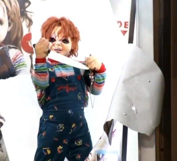 'A Maldição de Chucky': pegadinha aterroriza pessoas em ponto de ônibus