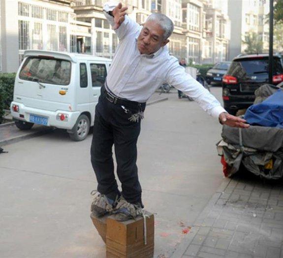 Chinês afirma ter curado dor nas costas caminhando com sapatos de 400 kg