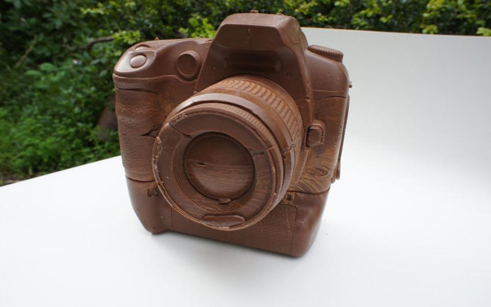 Artista vende câmera DSLR de chocolate