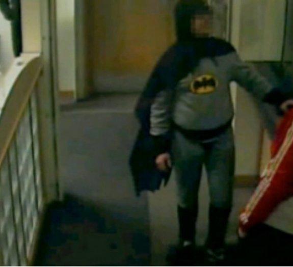 'Santa fantasia': rapaz vestido de Batman pega ladrão na Inglaterra