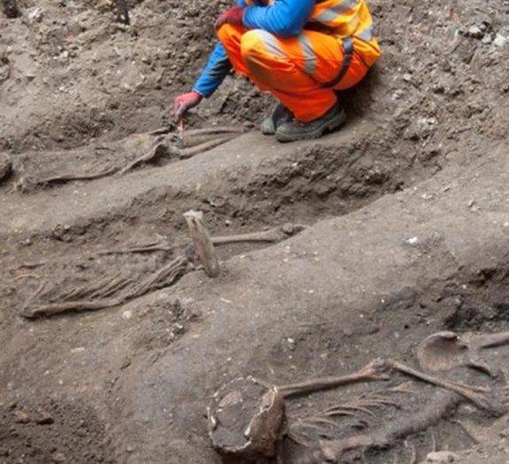 Arqueólogos acham esqueletos de um cemitério histórico no centro de Londres