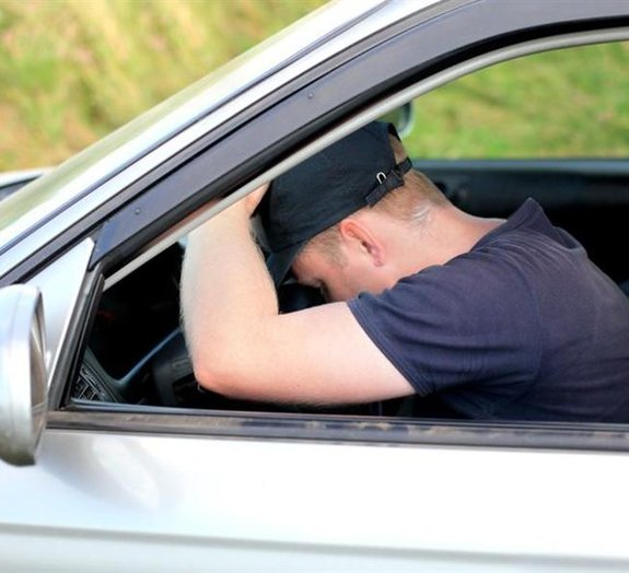 Motorista bêbado resolveu tirar um cochilo dentro do carro e se deu mal