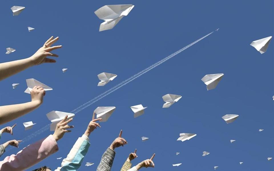 Aprenda a fazer o melhor avião de papel do mundo