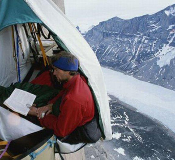 Confira fotos de alpinistas acampando em lugares absurdos