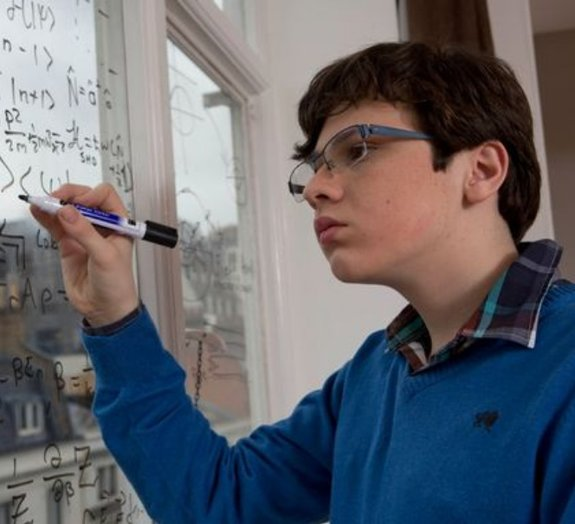 Menino de 14 anos é considerado mais inteligente que Einstein