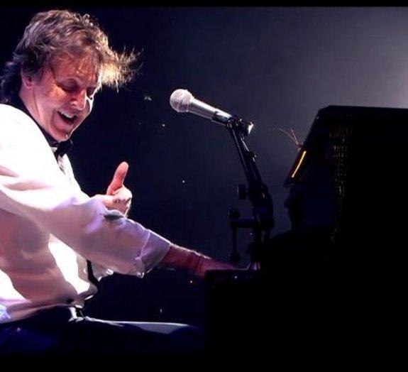 Paul McCartney é interrompido por gafanhotos durante show no Brasil [vídeo]
