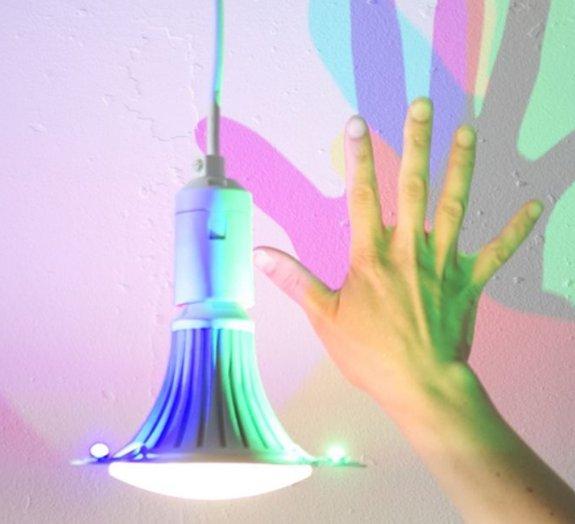Incrível! Luminárias refletem luzes coloridas