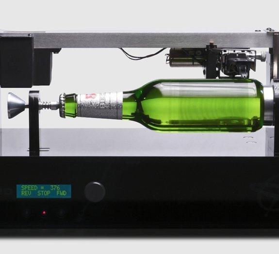 Cervejaria Becks cria garrafa que toca música como um disco de vinil