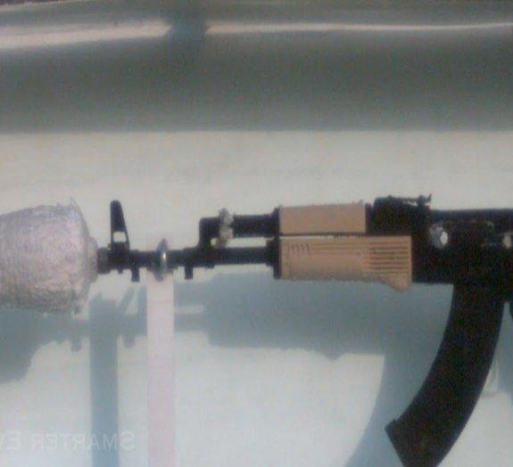 Saiba como e por que a AK-47 funciona ainda melhor quando submersa [vídeo]