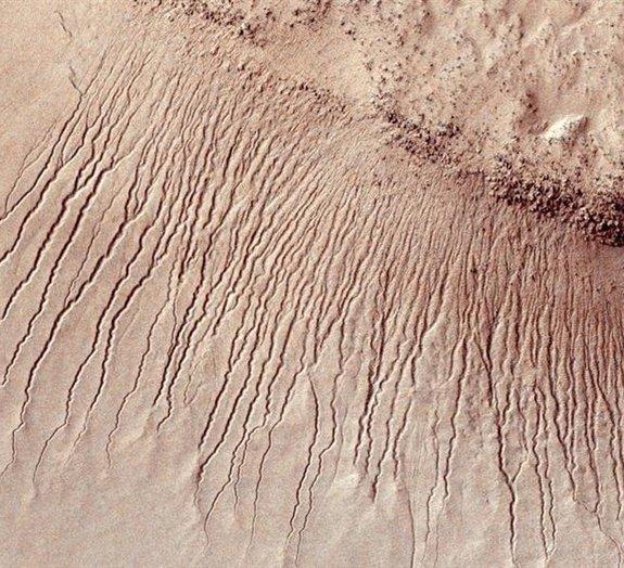 Linhas misteriosas na superfície de Marte podem ser causadas por gelo seco