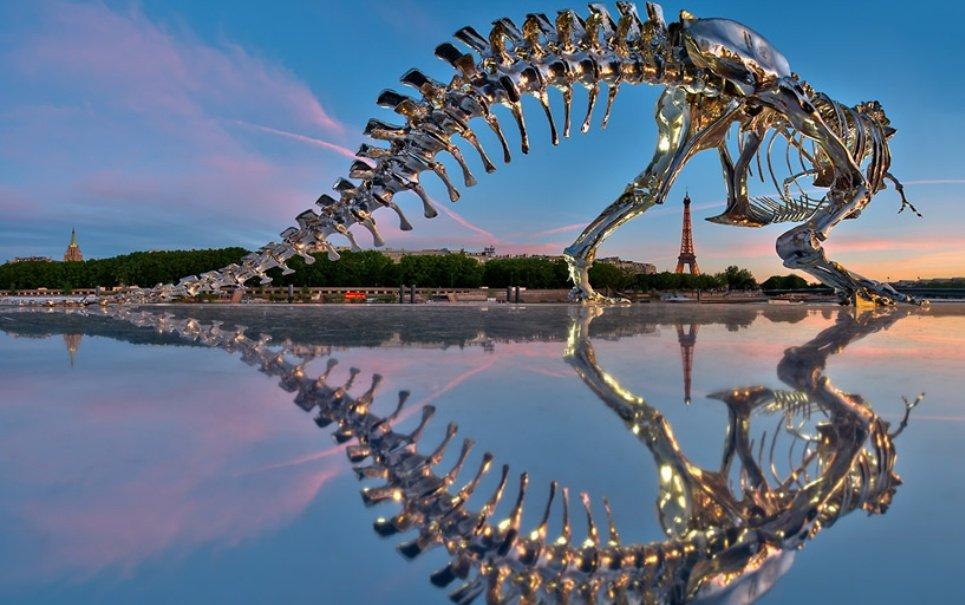 Dinossauro gigante embeleza as margens do rio Sena, em Paris