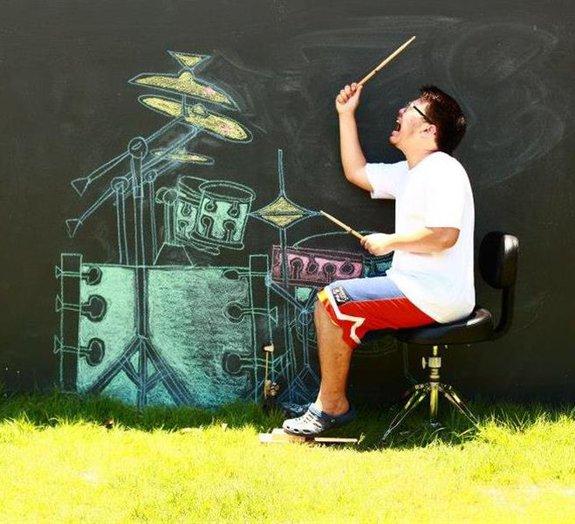 Incrível! Jovem impressiona ao tocar uma bateria de giz desenhada na parede