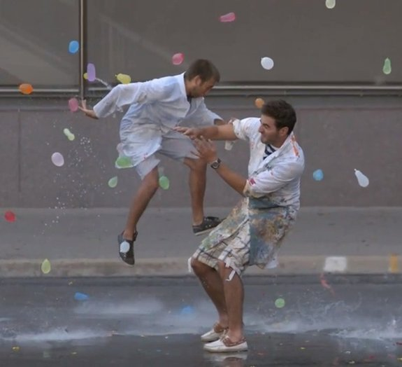 1500 bexigas d`água são lançadas em dois amigos e filmadas em câmera lenta