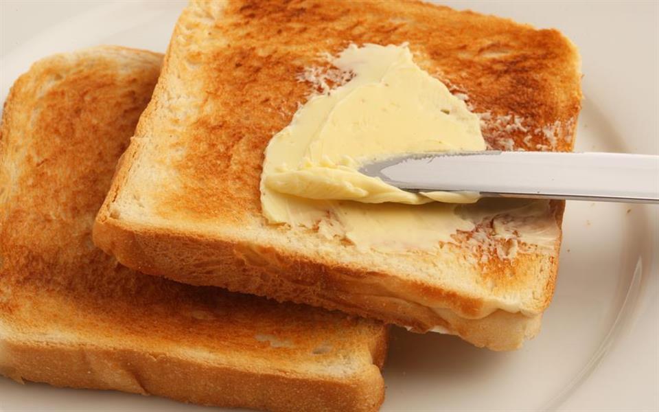 Por que o pão sempre cai com a manteiga para baixo? A ciência explica!