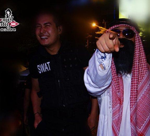 Bar na China faz festa com militares e terroristas no 11 de setembro