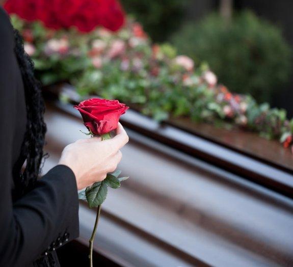 Campanha contra a direção perigosa alerta os motoristas de forma fúnebre