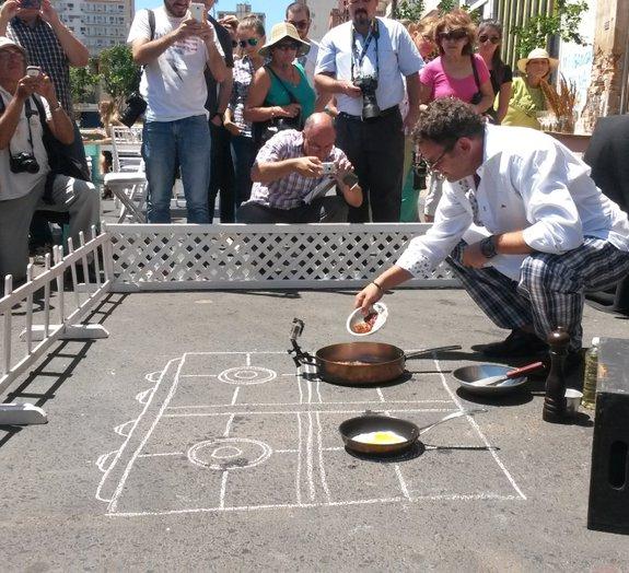 No Paraguai, chef prepara refeição no asfalto para conscientizar população