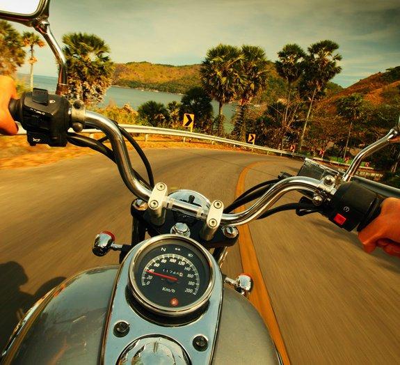 Motociclista imprudente escapa da morte várias vezes em poucos segundos