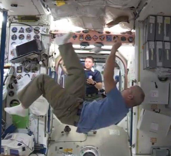 Você já imaginou como seria jogar futebol no espaço?