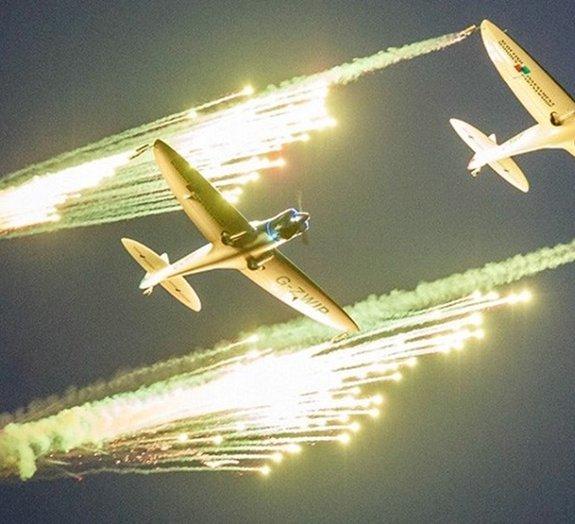Beleza no ar: imagens e vídeos de um show pirotécnico aéreo com acrobacias