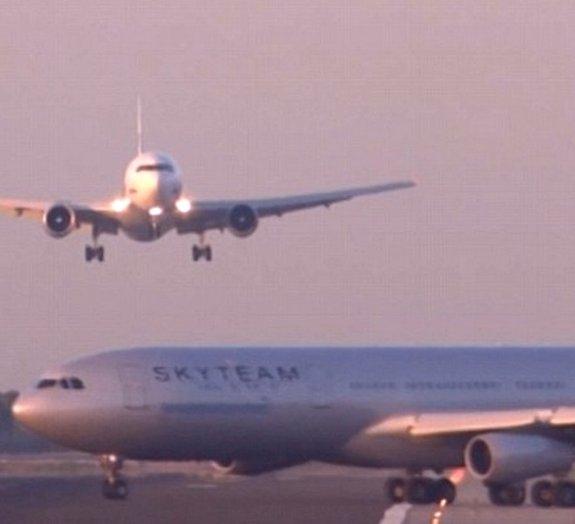 Veja o exato momento em que um avião pousando quase colide em outro [vídeo]
