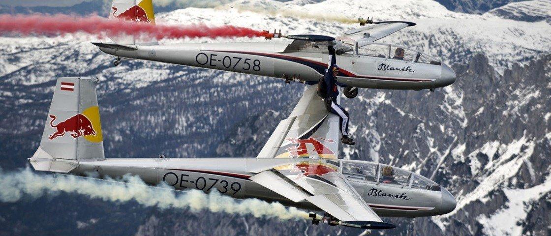 Paraquedista sobe em planador e toca em outro em pleno voo [vídeo]