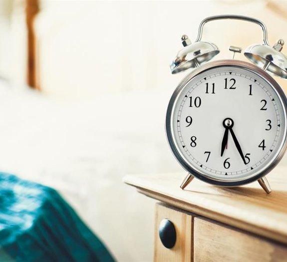 Você costuma apertar o botão 'soneca'? Entenda como isso afeta o organismo