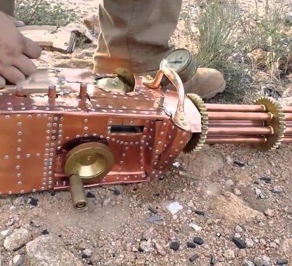 Homem cria metralhadora caseira com refrigeração a gelo seco