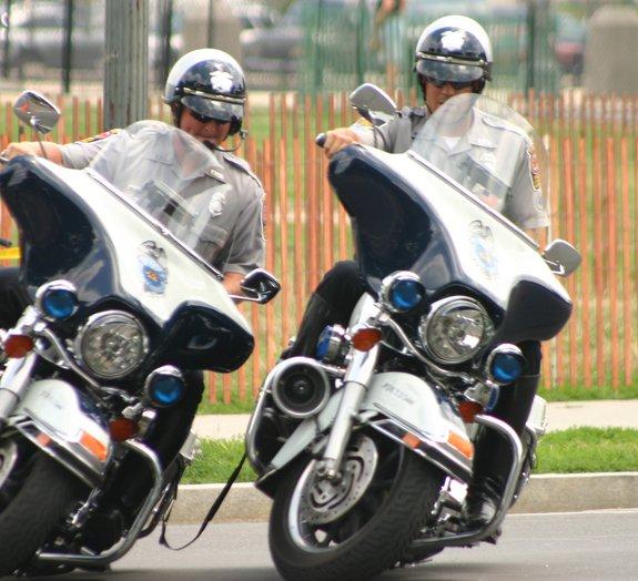 A habilidade mirabolante dos policiais americanos com uma moto [vídeo]