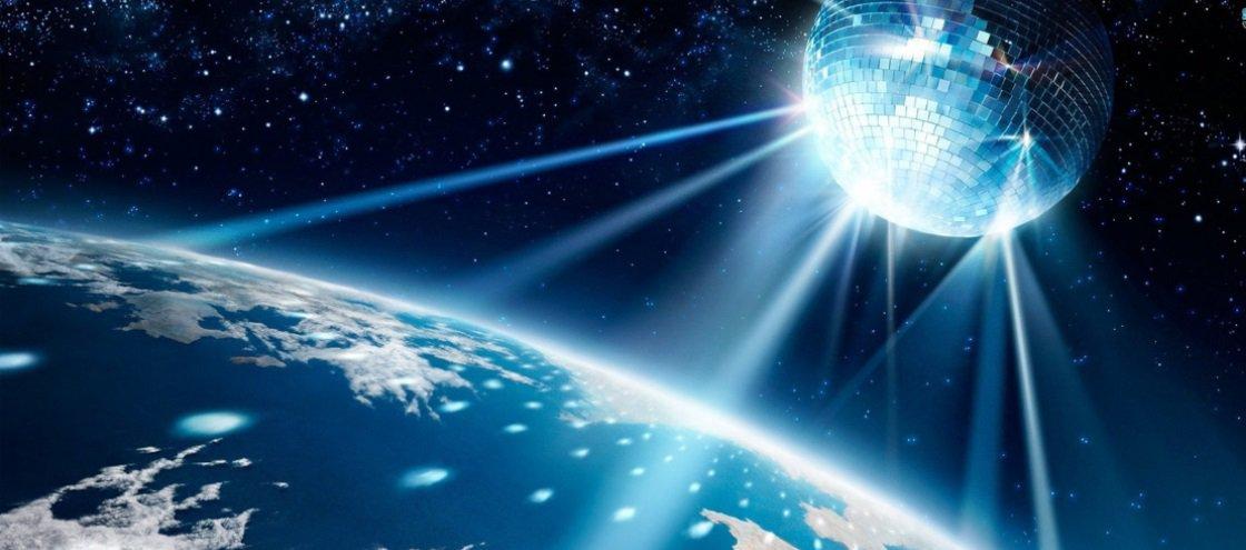 Já pensou se a Lua fosse como um globo de discoteca?
