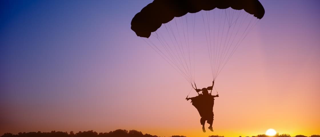 Paraquedista e praticante com wingsuit saltam para um voo incrível [vídeo]