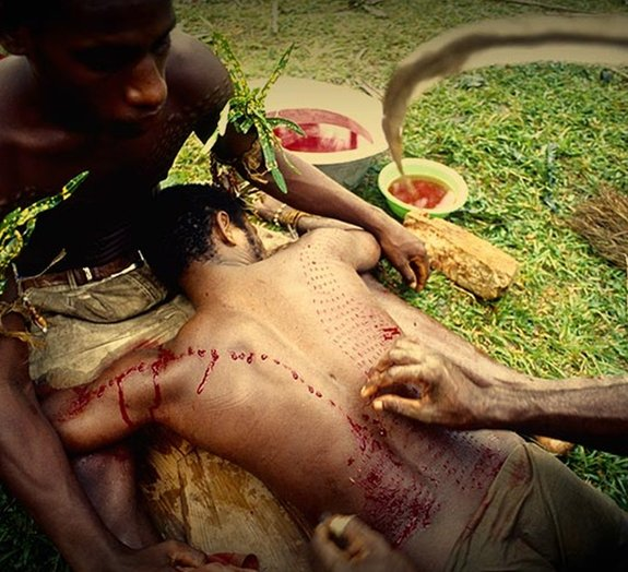 Ritual cria escamas de crocodilo na pele de membros da tribo Kaningara