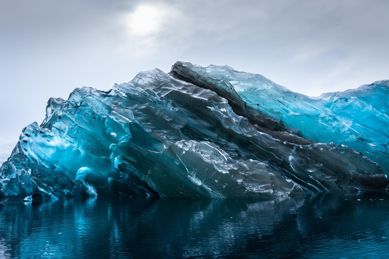 """Fotógrafo registra um iceberg """"capotado"""" - Mega Curioso"""