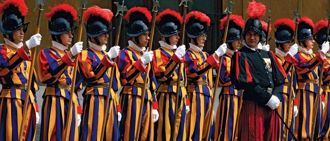 Guarda Juju: os uniformes militares mais bizarros que existem pelo mundo