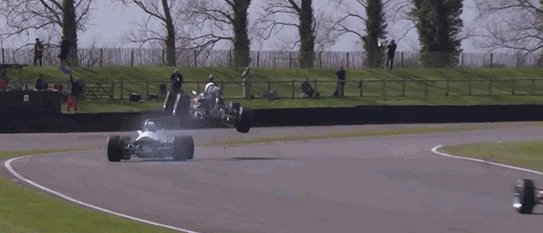 Colisão em uma corrida de F3 se assemelha a Mario Kart