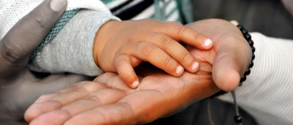 O desespero de um casal para salvar a vida de seu filho com hidrocefalia