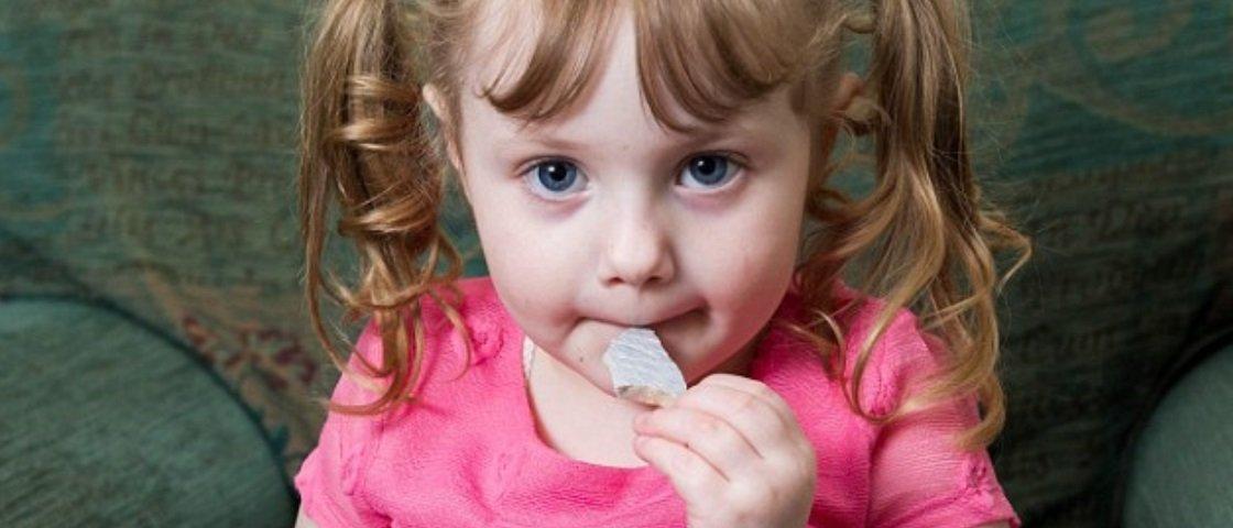 Doença faz menina de 4 anos devorar a própria casa
