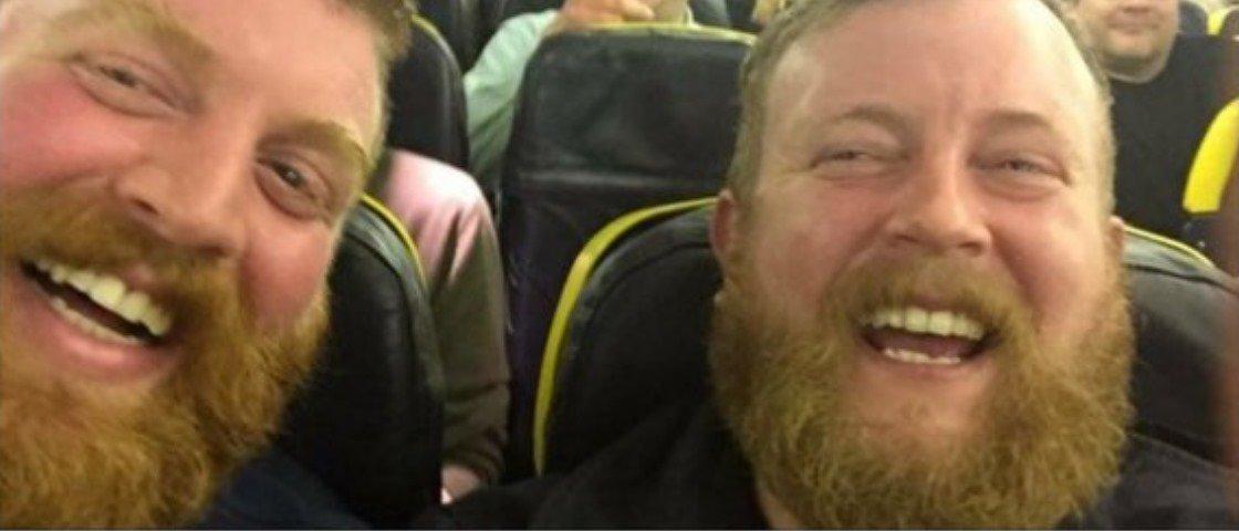 No Reino Unido, homem em um avião senta ao lado de alguém idêntico a ele